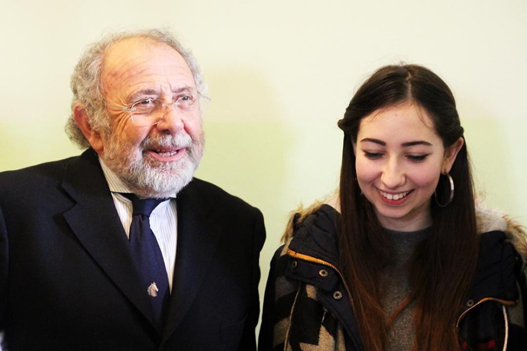 Il Rettore Paciullo e una studentessa