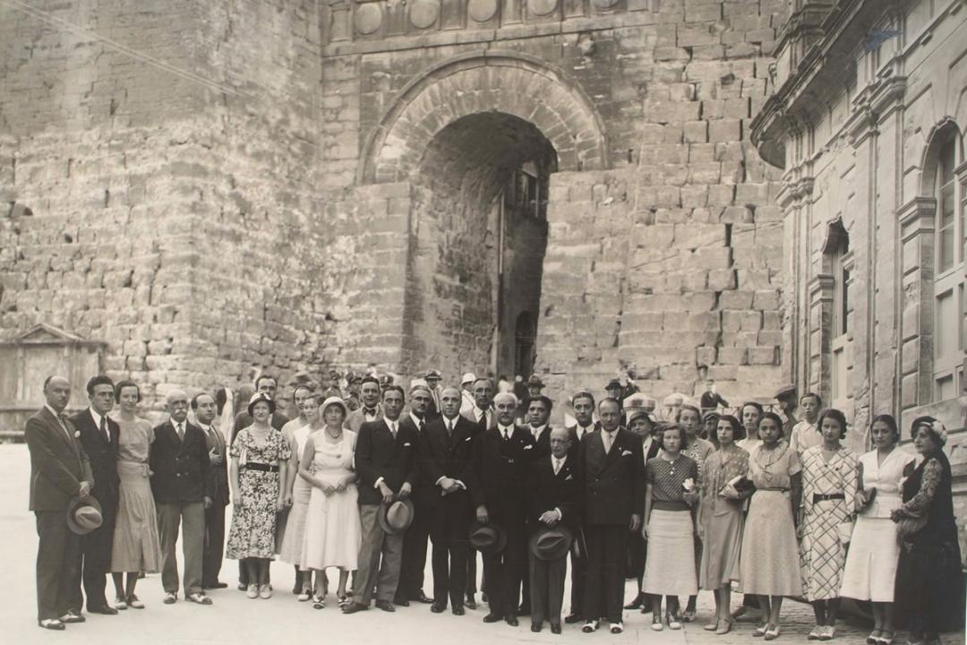 """15 settembre 1932 - Il Grand Uff. Avv. Giovanni Di Silvestro, Capo Supremo dell'ordine """"Figli d'Italia in America"""" con alcuni iscritti americani"""