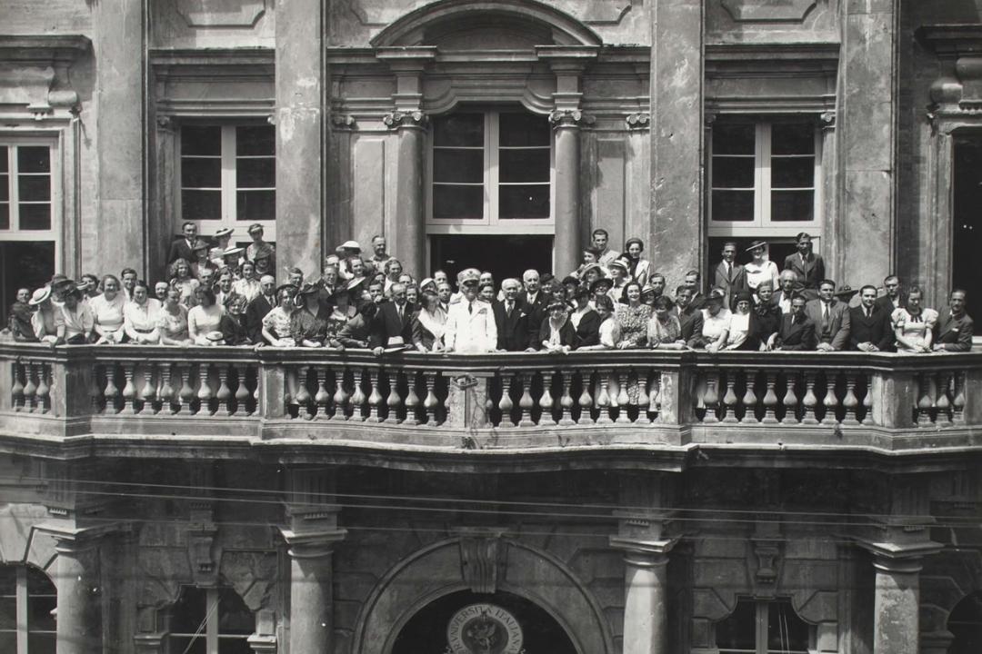 13 giugno 1937 - S. E. Badoglio fra gli studenti nel balcone del palazzo dell'Università