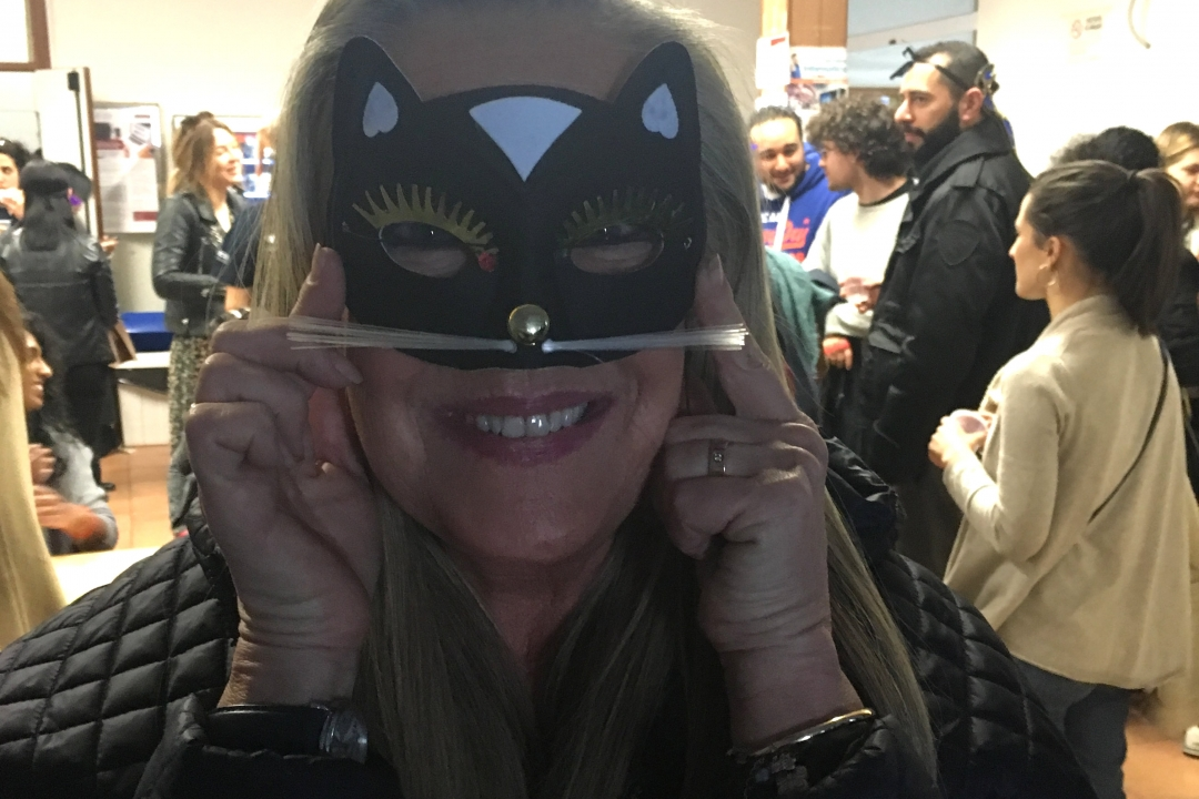 insegnante in maschera